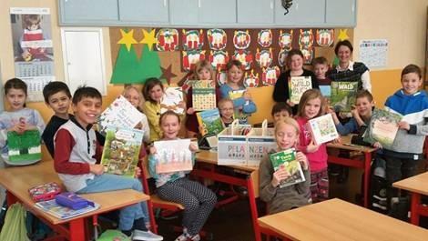 """Town & Country Stiftung übergibt der Grundschule Burkau eine """"Schmökerkiste"""" im Wert von 500 Euro"""